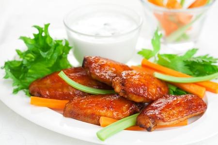 pollo rostizado: Buffalo alitas de pollo con aderezo de queso azul y palitos de zanahoria y apio