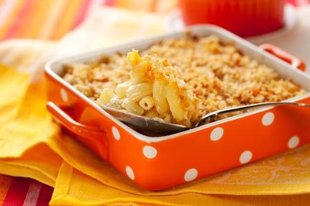 macarrones: Macarrones y queso al horno en un molde para hornear