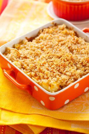 macarrones: Macarrones al horno con queso en un plato para hornear Foto de archivo