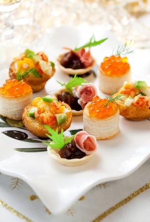 cena navide�a: Una variedad de aperitivos salados de vacaciones en el plato