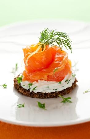 saumon fum�: Canap�s au saumon fum� et fromage � la cr�me Banque d'images