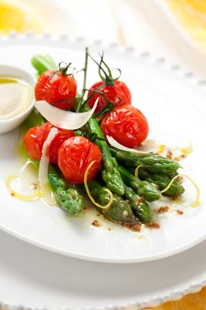 esparragos: espárragos verdes con tomates asados, queso y aderezo de mostaza de limón