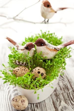 Osterdekoration Vögeln und Eiern auf dem frischer Kresse Standard-Bild