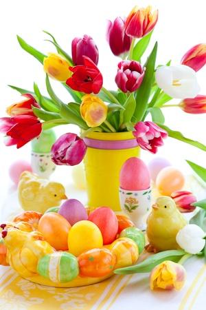 Decorazioni da tavola di Pasqua con tulipani e uova di Pasqua Archivio Fotografico - 12510285