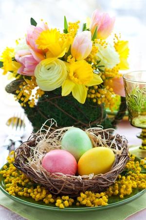 arreglo floral: Pascua ajuste de la tabla con los huevos de colores y flores de primavera