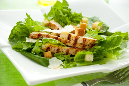 ensalada cesar: C�sar con pollo ensalada en el plato blanco Foto de archivo