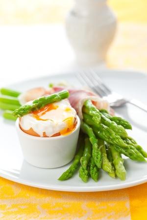 asperges: groene asperges met een zachtgekookt eitje en ham