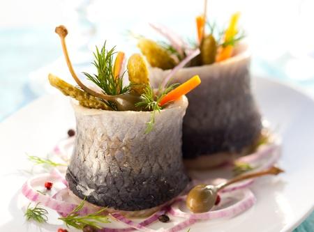 Haring rolt met ingelegde groente Stockfoto