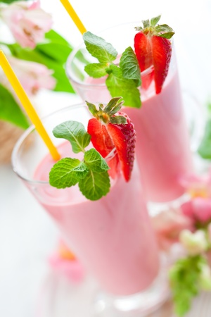 Strawberry smoothie: Fragola frullato con frutti di bosco freschi Archivio Fotografico