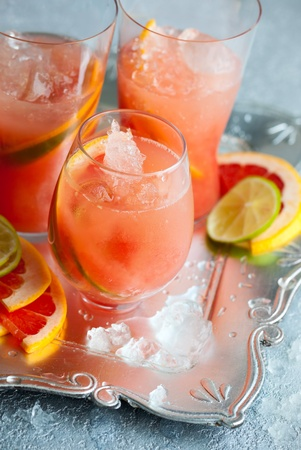 ice crushed: Roze grapefruit dranken met crushed ijs
