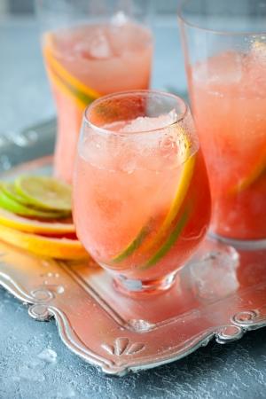 ice crushed: Roze pompelmoes dranken met gebroken ijs