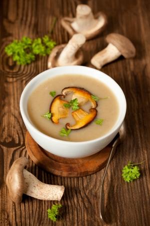 funghi: Ciotola di crema di zuppa di funghi con funghi fritti