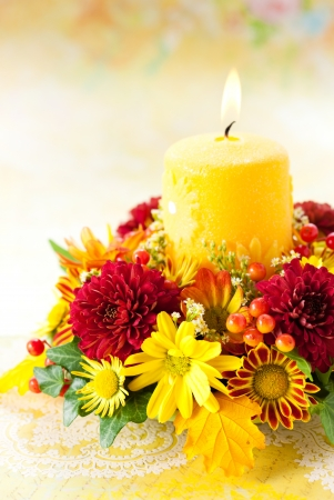 arreglo floral: otoño corona con velas y flores amarillas