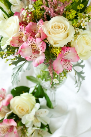 arreglo floral: Un ramo festivo en un florero en la mesa