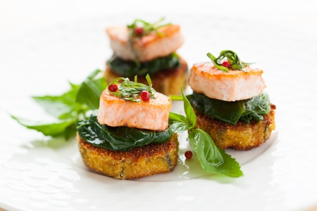 espinacas: salmón en la berenjena y espinaca