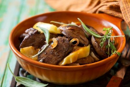 higado de pollo: Frito hígados de pollo con manzana, cebolla y salvia