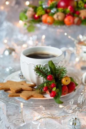 Kaffee und Weihnachtsgebäck mit Dekor