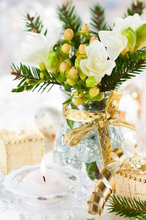 Navidad decoraci�n de mesa con flores, regalos y chucher�as photo