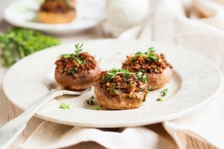 miettes: Champignons farcis avec des miettes de pain, des tiges de champignons, le persil, les oignons et l'ail Banque d'images
