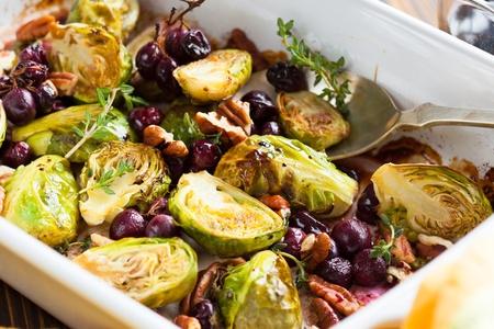 포도, 견과류, 발사믹 식초와 함께 볶은 브뤼셀 콩나물 스톡 콘텐츠