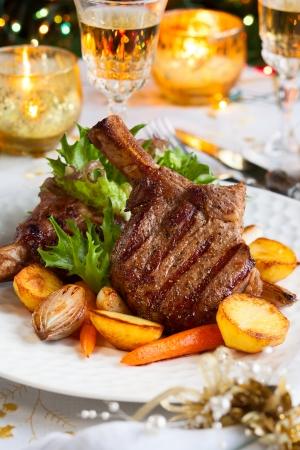 クリスマス ディナーのための野菜と仔牛のチョップ
