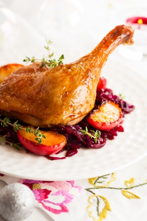 cabbage: Geroosterde eend been met rode kool en appels voor de kerst Stockfoto