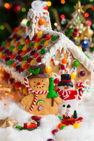 vertical: Gingerbread house and snowmen