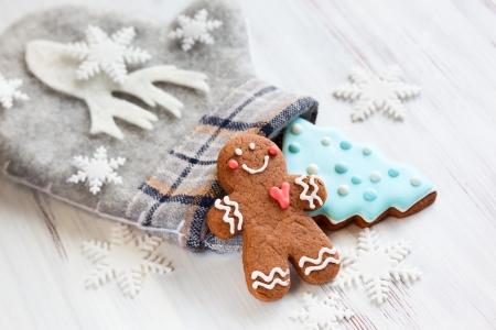 adviento: Galletas de jengibre, manopla y copos de nieve Foto de archivo