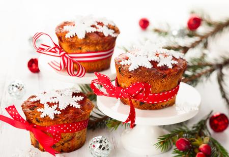 weihnachtskuchen: Weihnachten Obst Kuchen mit Zucker Schneeflocken Lizenzfreie Bilder