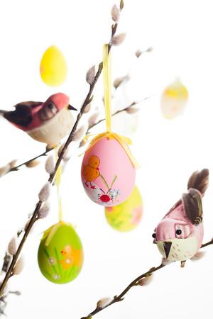 arbol de pascua: Pascua coloreó los huevos y los pájaros en las ramas de sauce coño Foto de archivo