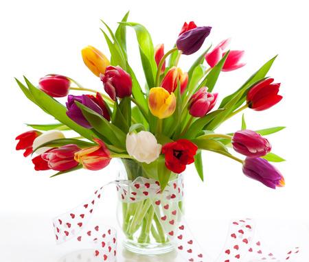 bouquet de fleur: tulipes colorées sur le fond blanc