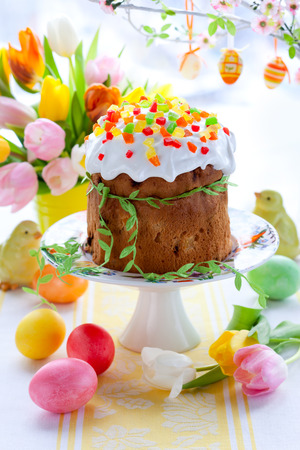 Torta di Pasqua e le uova colorate su di festa tavola di Pasqua photo