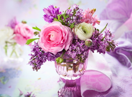 Beautiful spring flowers in vase Imagens