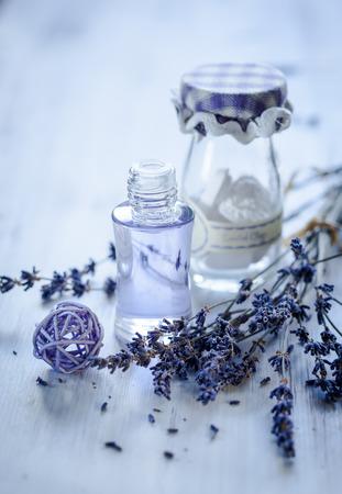 flores secas: El aceite de lavanda y el manojo de flores de lavanda seca. Entonado