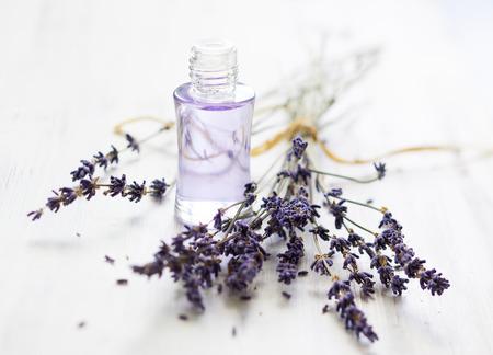 L'huile de lavande et bouquet de fleurs séchées de lavande Banque d'images - 28269356
