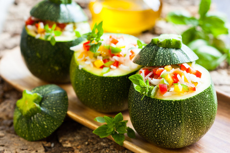 Round zucchini stuffed with vegetables and rice Stockfoto
