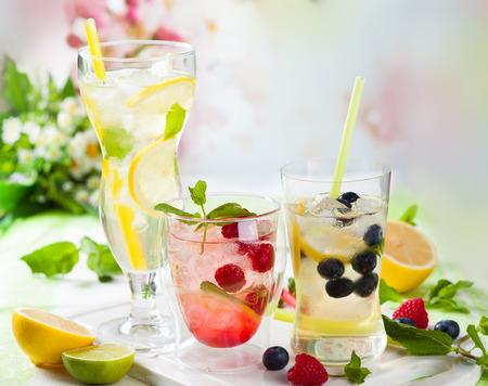 Verschiedene Arten von Limonade mit Beeren und Früchten Standard-Bild