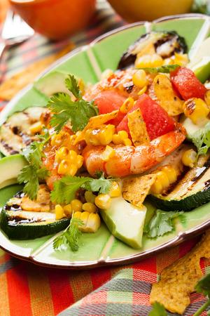 tortilla de maiz: Ensalada de camarones a la parrilla mexicana con aguacate, sandía, calabacín