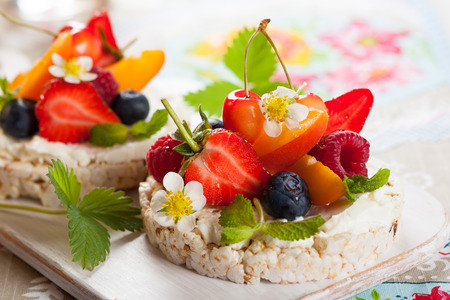 rice cake: Multigrain rice cakes with berries, fruit and soft cheese for healthy breakfast