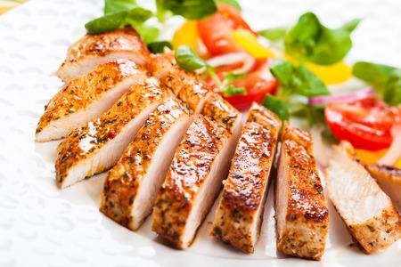 샐러드와 구운 터키 유방