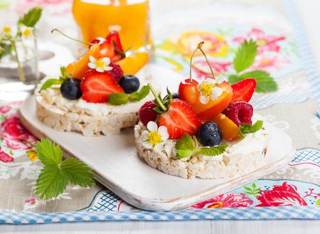 果実、果物や健康的な朝食の柔らかいチーズでマルチグレイン餅 写真素材