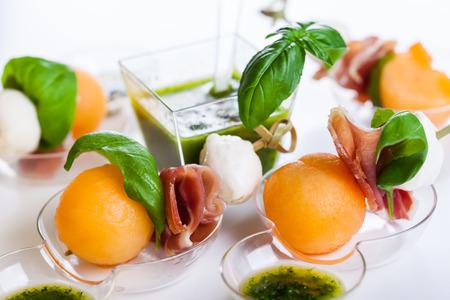 brochetas de frutas: Aperitivo con melón, mozzarella y jamón en los pinchos
