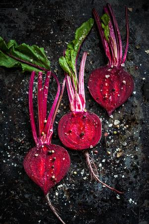 betabel: Los vegetales crudos para el tostado, sobre una bandeja de horno