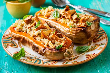 Gefüllte Butternut-Kürbis mit Quinoa und Pilze Lizenzfreie Bilder