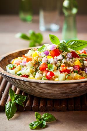 Quinoa-Salat mit Gurken, Tomaten und Feta Lizenzfreie Bilder