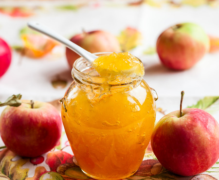 Apple jam in a jar and fresh red apples Stockfoto