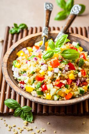 Sałatka quinoa z ogórkiem, pomidorem i serem feta Zdjęcie Seryjne