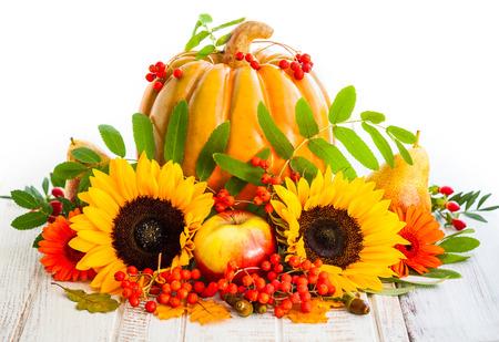 Automne encore la vie avec des fruits de saison, légumes et fleurs