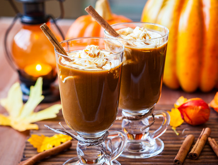 Pumpkin spice coffee with whipped cream and caramel 版權商用圖片 - 30413268