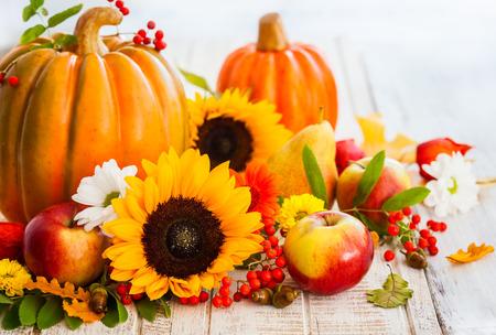 季節のフルーツ、野菜および花と秋の静物